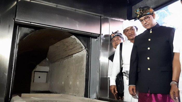 VIDEO: Anies Serahkan Alat Mesin Kremasi ke Pura Segara Cilincing
