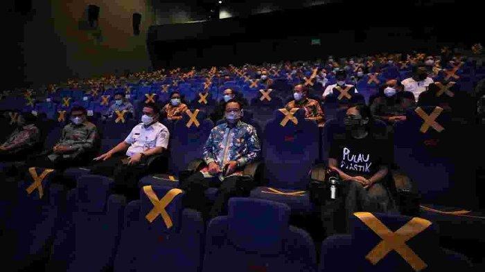 Gubernur DKI Jakarta Anies Baswedan saat menonton film Pulau Plastik, Perjalanan dan Catatan untuk Masa Depan di Bioskop CGV, Grand Indonesia pada Rabu (4/5/2021).
