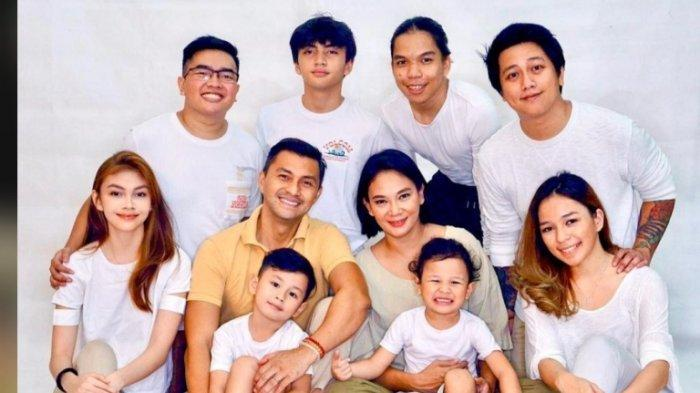 Di akun Instagram, Dian Nitami membagikan foto kebersamaannya dengan Anjasmara, suami, dan anak-anak serta menantu, serta dua cucunya, Rabu (22/4/2020).