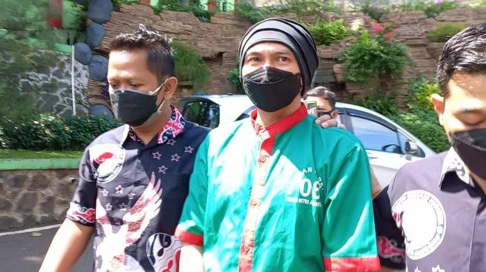 Kenakan Baju Tahanan dengan Tangan Terborgol, Anji Akan Jalani Hari-hari Menyesakkan di RSKO