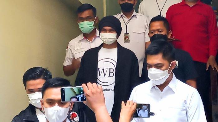 Penyanyi Anji Manji alias Anji eks Drive dihadirkan polisi saat akan menjalani pemeriksaan kesehatan, Senin (14/6/2021) pagi