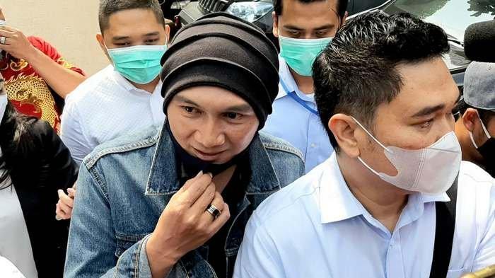 BREAKING NEWS: Anji Umbar Senyum saat Penuhi Panggilan Polda Metro Jaya
