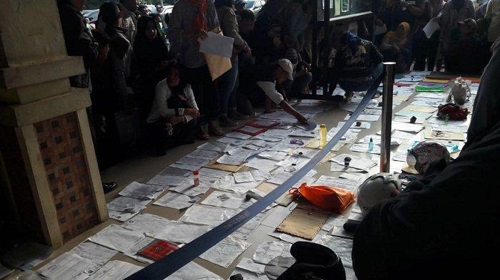 Kantor Belum Buka, Berkas Pemohon KTP Sudah Antre di Lantai Dinas Dukcapil Tangerang Selatan