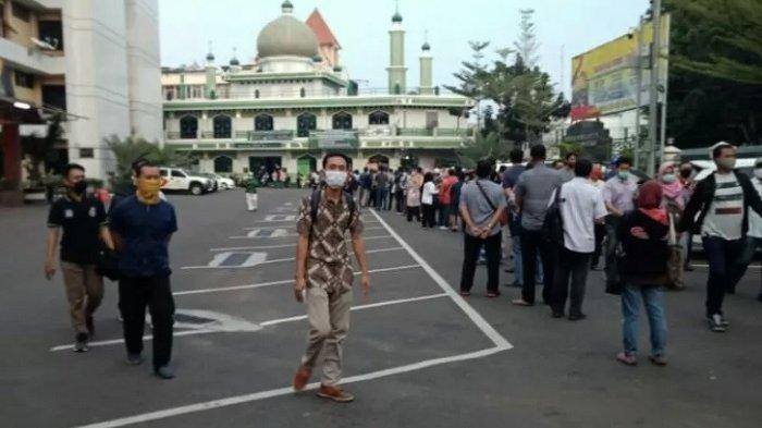 MEMBELUDAK, Pemohon Perpanjangan SIM di Polrestro Jakarta Selatan Antre Sejak Pukul 04.00