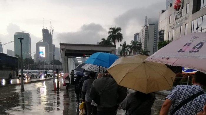 VIDEO: Antrean Calon Penumpang di Stasiun MRT Istora Mandiri Mengular
