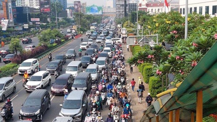 Hindari Jalan Ahmad Yani Bekasi, Terjadi Kemacetan, Ada Vaksinasi Massal 50.000 Orang di Stadion PCB