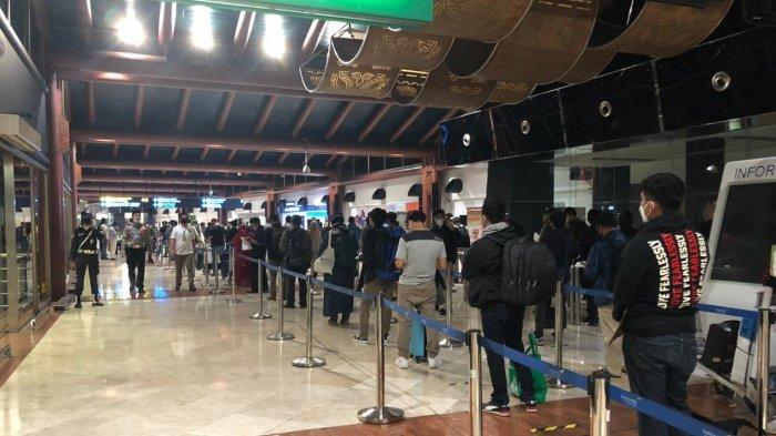 Antrean penumpang di Bandara Soekarno-Hatta, Tangerang.