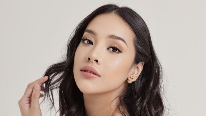 Anya Geraldine mengenalkan produk kecantikan lokal bernama A Girl, Sabtu (17/4/2021). Produk tersebut menawarkan lipsauce yang diformulasikan untuk perempuan Indonesia aktif dan percaya diri.