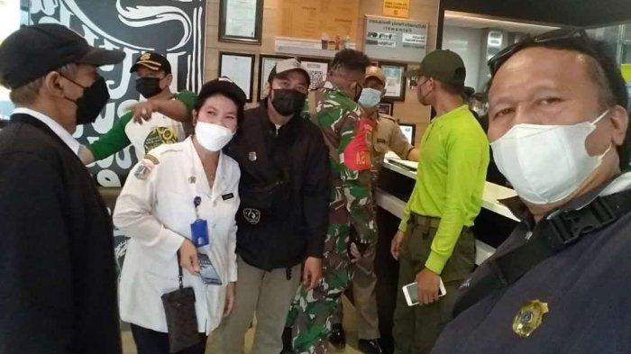 Aparat dari tiga pilar menyambangi McDonalds Fatmawati, Cilandak, Jakarta Selatan pada Rabu (9/6/2021). Pihak manajemen McDonalds diminta menerapkan protokol kesehatan atas membludaknya antrean pengemudi ojek online imbas promo BTS Meal.