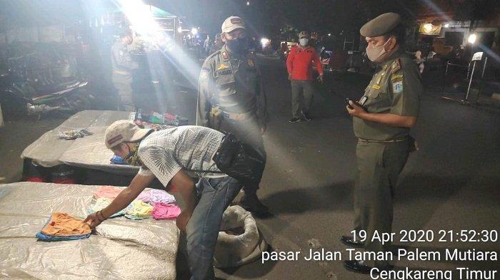Satpol PP Bubarkan Pedagang Pasar Malam di Cengkareng yang Nekat Berjualan Saat PSBB
