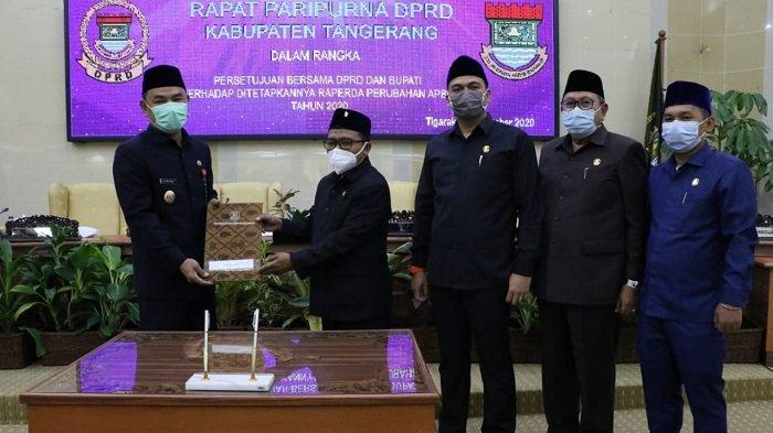 DPRD Kabupaten Tangerang ketok palu pengesahan Rancangan Peraturan Daerah APBD Perubahan Tahun 2020. Pengesahan Raperda menjadi Peraturan Daerah APBD Perubahan Tahun 2020 tersebut, digelar di Ruang Rapat Paripurna Gedung DPRD Kabupaten Tangerang, Jumat (2/10/2020).
