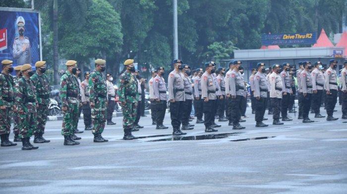 Sambil Patroli di Malam Takbiran, 2.048 Petugas Gabungan Bagi-bagi Sembako untuk Warga Kurang Mampu