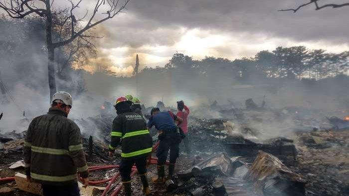 Api Ludeskan Kawasan Pengepul Rongsok di Ciputat, Warga Belum Tahu Akan Bermalam di Mana