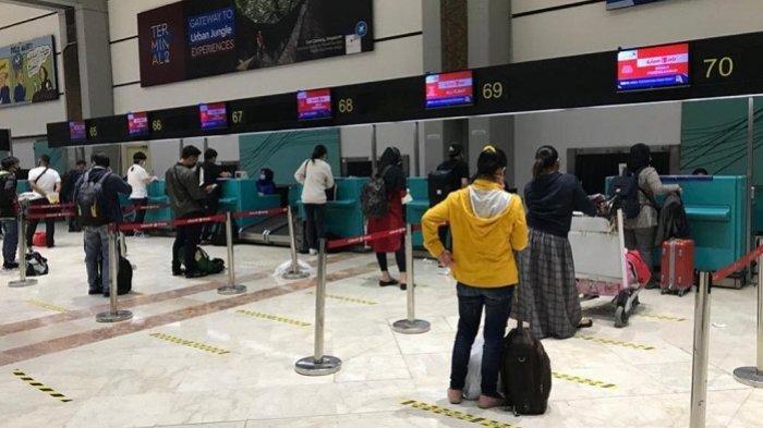 Suasana antrean penumpang pesawat yang terlihat saling menjaga jarak, beberapa waktu lalu. PT Angkasa Pura II (Persero) mendukung pemberlakuan PSBB dengan menjalankan protokol kesehatan secara ketat di Bandara Soekarno-Hatta dan Halim Perdanakusuma.