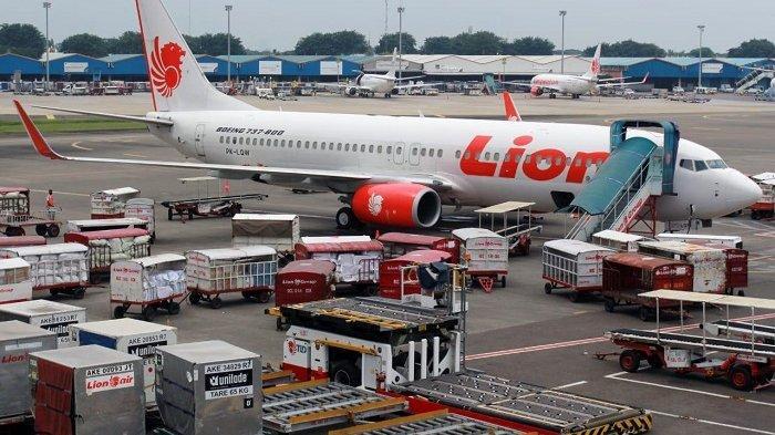 Suasana bongkar muat barang pada pesawat Lion Air, beberapa waktu lalu. PT Angkasa Pura II (Persero) mendukung pemberlakuan PSBB dengan menjalankan protokol kesehatan secara ketat di Bandara Soekarno-Hatta dan Halim Perdanakusuma.
