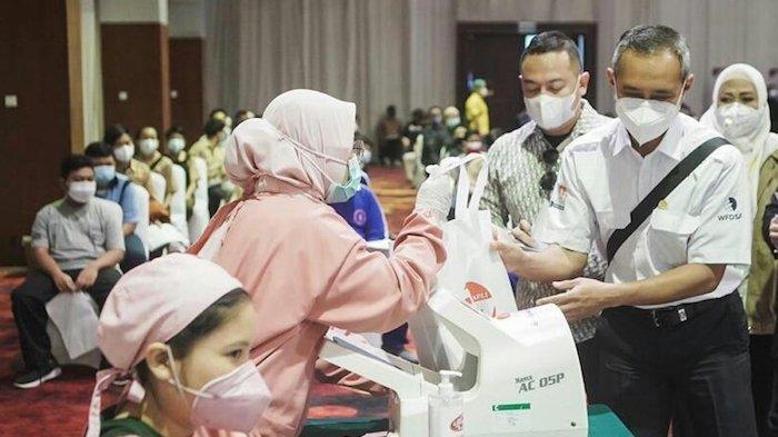 APLI Beri Penghargaan untuk Nakes dan Bagikan 10.000 Goodie Bagi Peserta Vaksinasi Massal