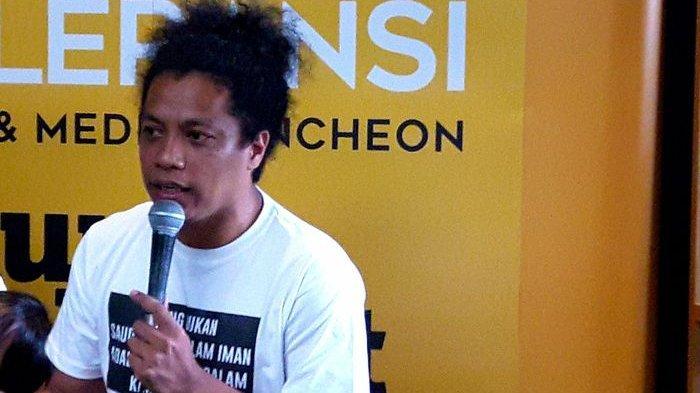 Hadir Bersama Saat Diskusi Buku, Arie Kriting Tampak Makin Lengket dengan Indah Permatasari