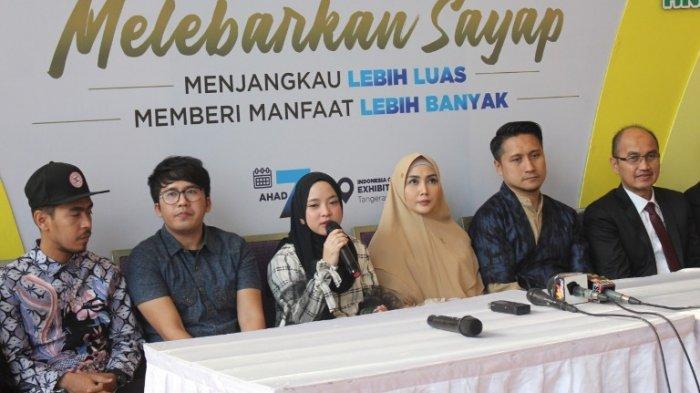 Pasangan Arie Untung dan Fenita Arie bersama Nissa Sabyan dan Ayus Sabyan dan Band Sabyan Gambus di perayaan ulang-tahun ke-7 Halal Network International (HNI) di ICE BSD, Tangerang, Banten, pertengahan Juli 2019.