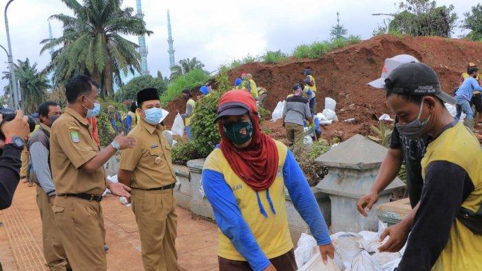 Wali Kota Tangerang, Arief R. Wismansyah memimpin rapat yang digelar secara virtual bersama dengan sejumlah OPD Pemkot Tangerang guna mengantisipasi terjadinya peluang terburuk yang akan terjadi termasuk banjir.