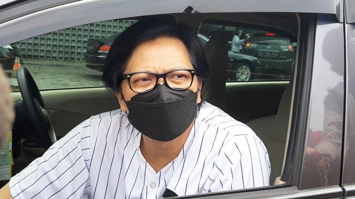 Armand Maulana disela menerima vaksin di kawasan Pondok Indah, Jakarta Selatan, Sabtu (17/4/2021).
