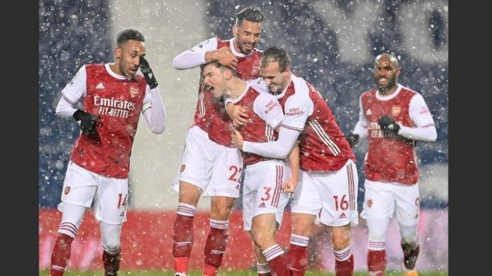 Para pemain Arsenal merayakan gol di tengah hujan salju tahun baru 2021.