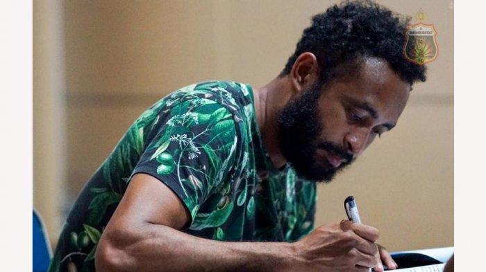 Arthur Bonai menandatangani kontrak bersama klub barunya Bhayangkara Solo FC