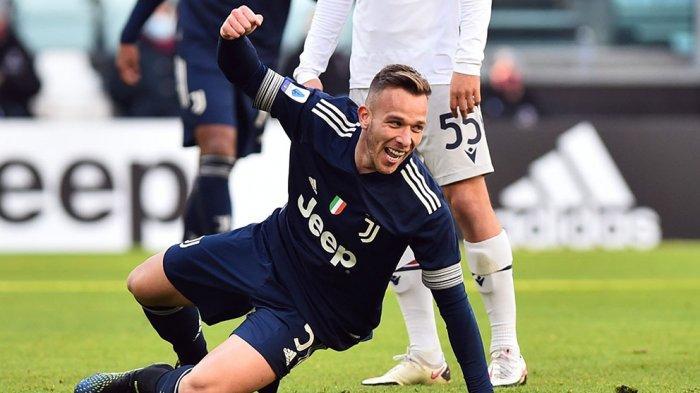 Arthur usai melakukan tembakan keras ke gawang Bologna sedikit terpeleset tapi menghasilkan gol buat Juventus