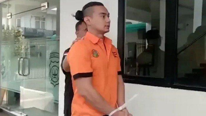 Pemain FTV Agung Saga ketika dihadirkan polisi dalam jumpa pers di Mapolda Metro Jaya, Semanggi, Jakarta Selatan, Rabu (10/4/2019).