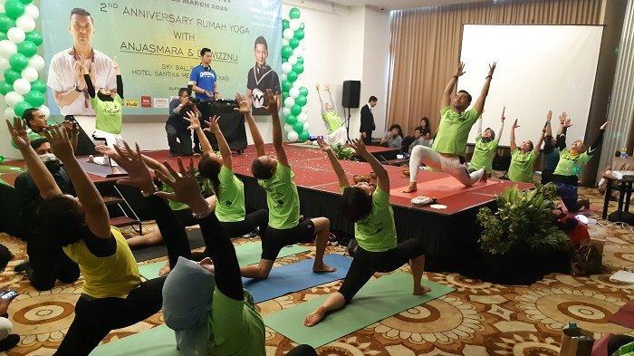 Gelar Kelas Yoga, Hotel Santika Mega City BekasiHadirkan Artis Peran Anjasmara sebagai Instruktur