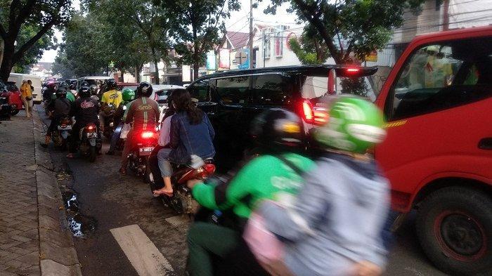 Jelang Buka Puasa, Arus Lalu Lintas Bintaro Sektor 5 Padat Merayap