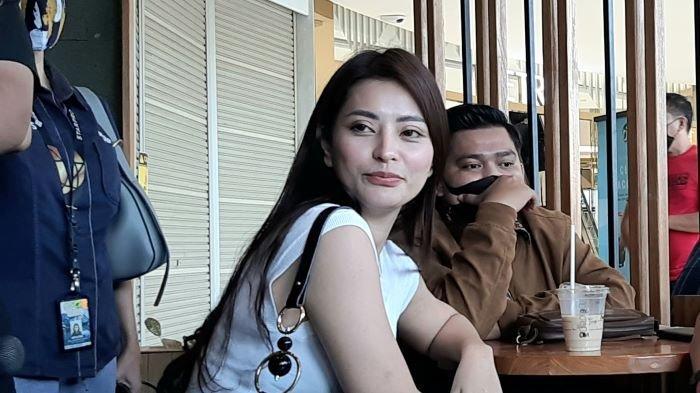 Selebgram Aska Ongi saat menemani putrinya bertemu dengan Aliff Alli di salah satu pusat belanja di kawasan Cibubur, Jakarta Timur, Selasa (18/5/2021).