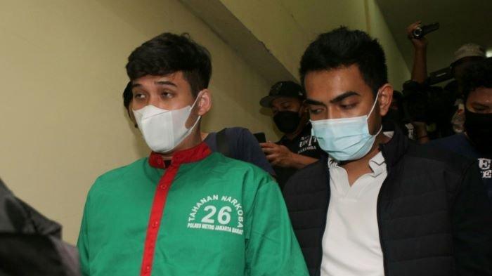 Bukan hanya psikotropika dan narkoba, polisi juga menangkap Askara Parasady Harsono, suami Nindy Ayunda, karena memiliki senjata api. Suami Nindy Ayunda saat dihadirkan dalam jumpa pers di Polres Metro Jakarta Barat, Selasa (12/1/2021).