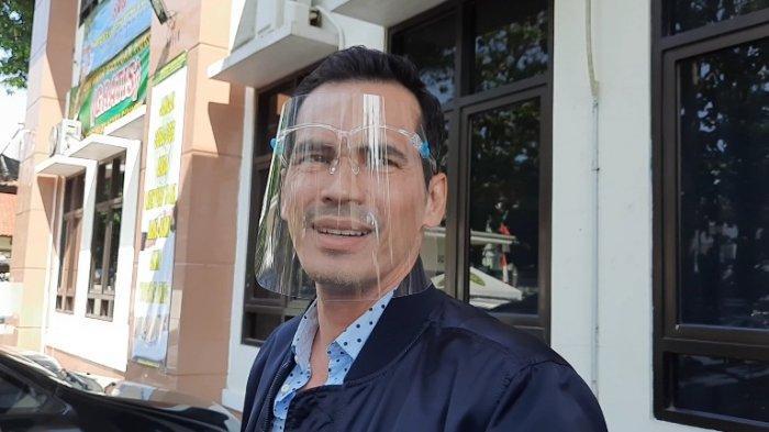 Bintang sinetron Atalarik Syach menghadiri mediasi perkara gugatan harta gono gini yang diajukan Tsania Marwa, mantan istrinya, di Pengadilan Agama Cibinong, Kabupaten Bogor, Jawa Barat, Jumat (17/7/2020).