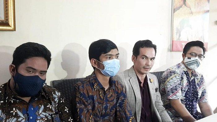 Atalarik Syach (kedua dari kanan) bersama tim kuasa hukumnya saat menggelar jumpa pers di Bintaro, Tangerang Selatan, Senin (5/4/2021). Sidang kasus harga gono gini dimenangkan Atalarik Syach.