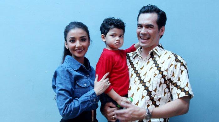 Atalarik Syach dan Tsania Marwa bersama anak sulung mereka, Syarif Muhammad Fajri, ketika ditemui seusai menjadi bintang tamu pada acara talk show di kawasan Kapten Tendean, Jakarta Selatan, Selasa (18/10/2016).