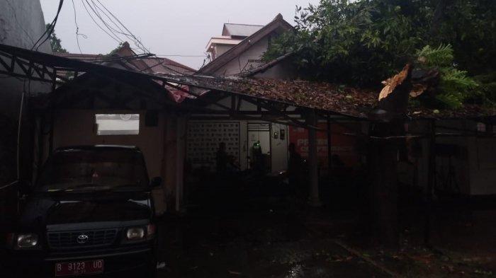 Imbas Angin Puting Beliung, Pohon Berukuran Besar Tumbang hingga Menimpa Atap Kantor KPU Kota Depok