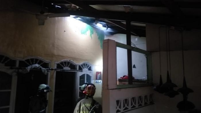 Hujan Deras, Atap Sebuah Rumah Terbakar Tersambar Petir
