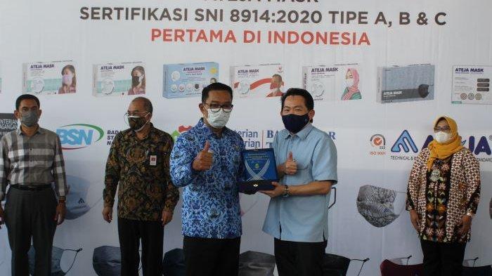 Gubernur Jawa Barat Ridwan Kamil saat mengunjungi PT Ateja di Padalarang, Bandung Barat, Jawa Barat, Senin (19/4/2021). Sukses mengembangkan produk kain kesehatan, PT Ateja mengembangkan produk masker kain bermerek Ateja Mas hingga di ekspor ke delapan negara.