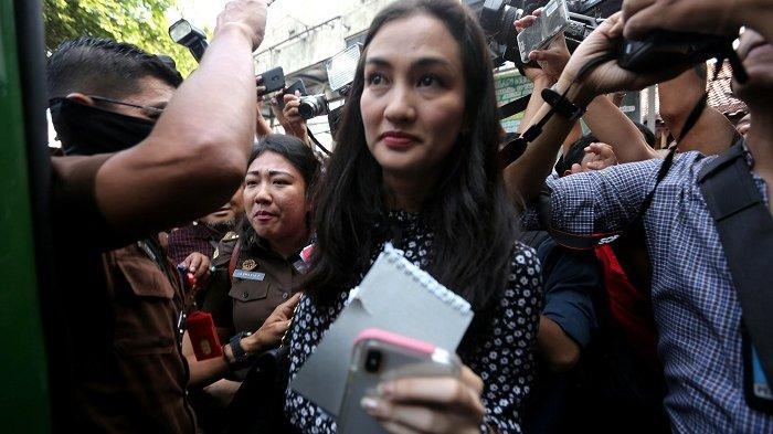 Atiqah Hasiholan Temani Ratna Sarumpaet Naik Mobil Tahanan, Reaksinya Seperti Ini