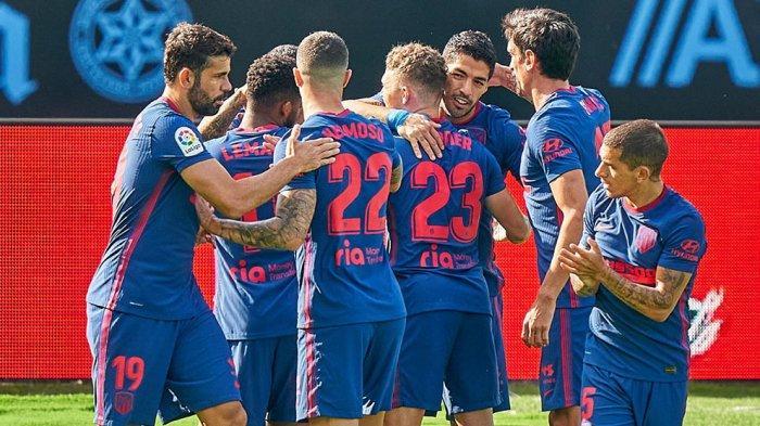 Para pemain Atletico Madrid merayakan gol yang dibuat Luis suarez