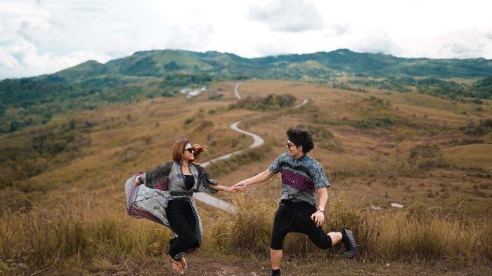 Atta Halilintar dan Aurel Hermansyah mengenalkan single duet mereka berjudul 'Hari Bahhagia' disela kesibukannya meyiapkan hari pernikahan, Jumat (2/4/2021). Mereka akan menikah Sabtu (3/4/2021).