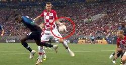 Striker Timnas Kroasia, Mario Mandzukic melakukan handball di final Piala Dunia 2018, antara Prancis vs Kroasia