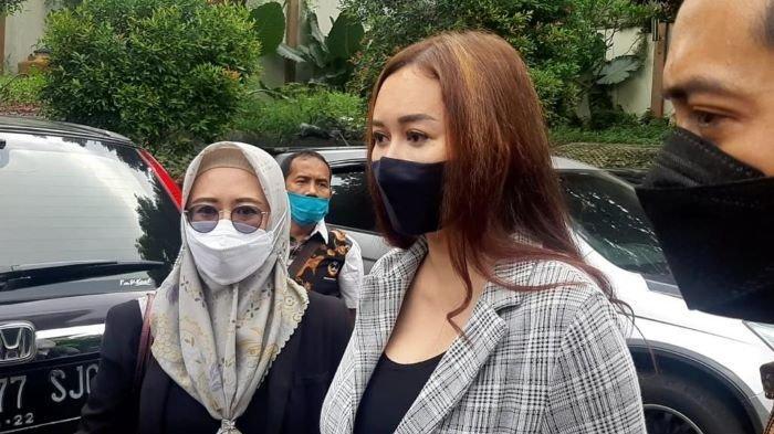 Penyanyi Aura Kasih ketika hadir di sidang perdana sekaligus putusan gugatan cerainya terhadap Eryck Amaral di Pengadilan Agama Jakarta Selatan, Rabu (28/4/2021).