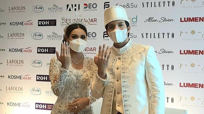 Aurel Hermansyah dan Atta Halilintar saat konferensi pers setelah acara akad nikah di Hotel Raffles Jakarta, Setiabudi, Jakarta Selatan, Sabtu (3/4/2021).