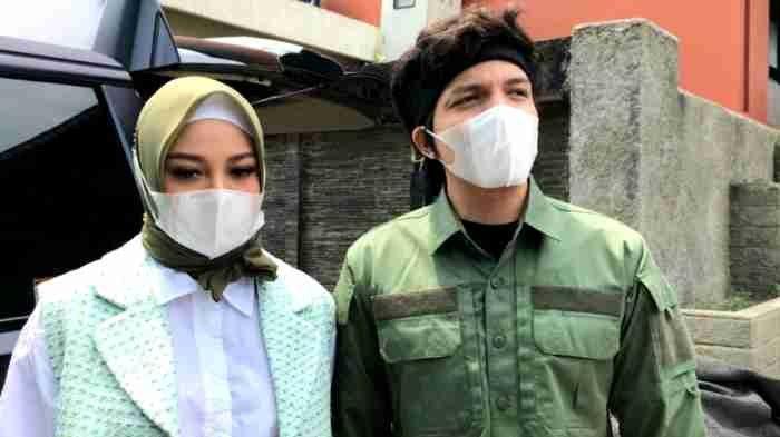 Pasangan selebritas Atta Halilintar dan Aurel Hermansyah saat ditemui setelah syuting di TransTV, Mampang Prapatan, Jakarta Selatan, Senin (3/5/2021). Usia pernikahan Atta dan Aurel genap satu bulan setelah mereka menikah pada 3 April 2021.