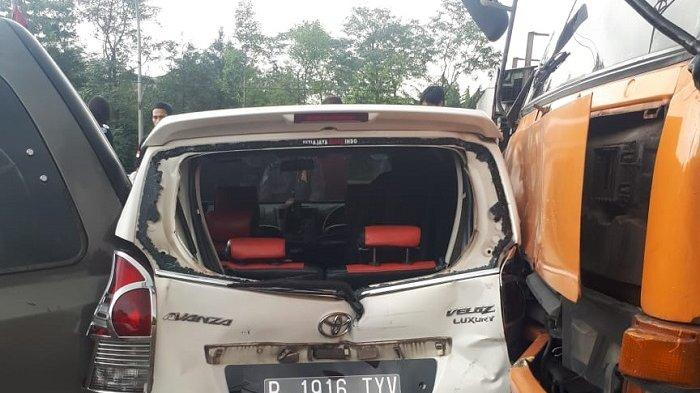 Toyota Avanza Veloz putih ringsek terlibat kecelakaan beruntun di Jalan narogong Raya, Bantargebang, Bekasi, Sabtu (10/4/2021).