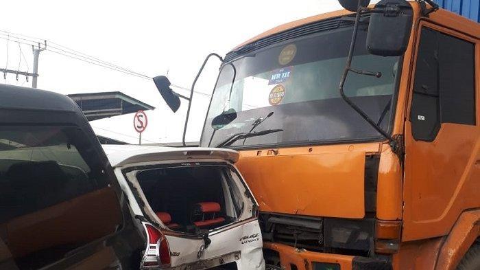 Kecelakaan Beruntun di Jalan Raya Narogong, Toyota Avanza Putih Ringsek Tergencet Truk dan Minibus