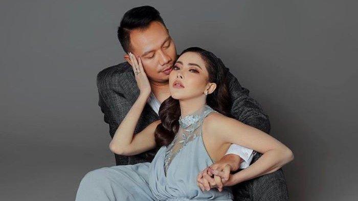 Model Ayu Aulia mengunggah foto mesra bersama Vicky Prasetyo di akun media sosialnya, Minggu (4/7/2021). Saat pemotretan itu dilakukan, Kalina Oktarani ikut menemani Vicky Prasetyo.
