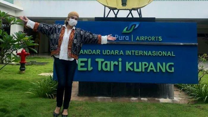 Bintang film Ayu Azhari ketika berkunjung ke Kupang, Nusa Tenggara Timur. Ayu Azhari saat ini sedang gencar ikut mempromosikan kain tenun Nusa Tenggara Timur (NTT) ke seluruh penjuru dunia.