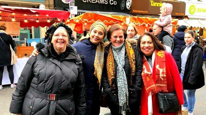 Ayu Azhari Kenalkan Kain Tenun NTT di Ajang Festival Christmas Market di London